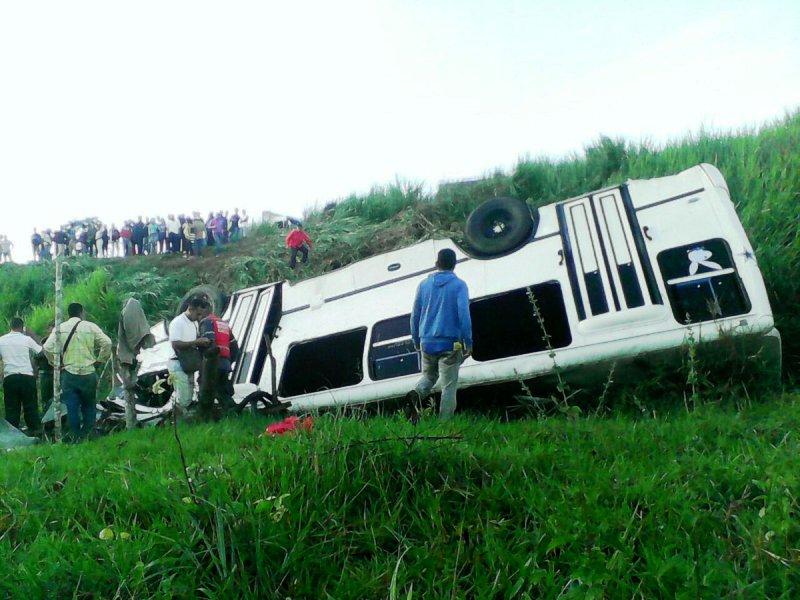 Accidente de autobus  deja saldo de un muerto y 24 heridos