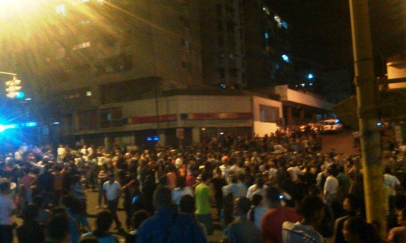 Protestan en el centro Caracas por cierre de panadería