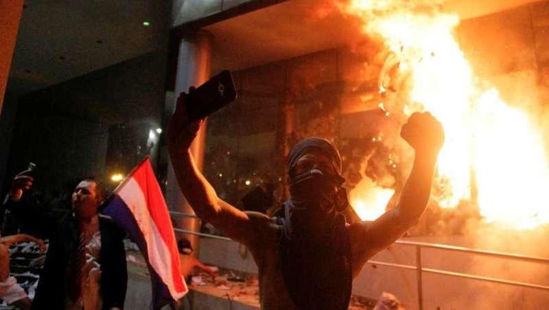 Manifestantes tomaron e incendiaron  Congreso de Paraguay