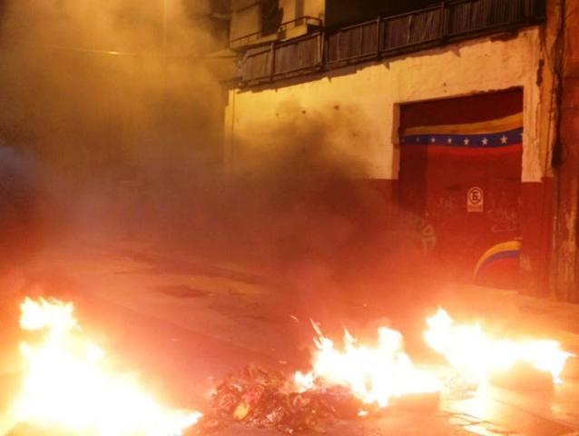 Cacerolas y quema de caucho contra maduro en la Candelaria