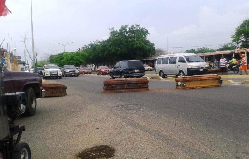 Cierran calles en Maracaibo con urnas de tumbas profanadas
