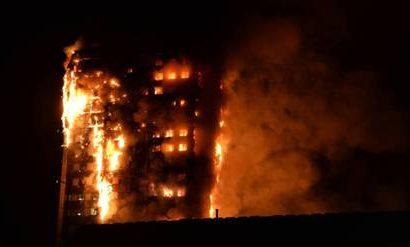 Espectacular incendio destruye un edificio en Londres
